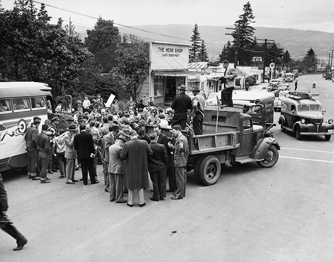 Harold Stassen campaigns in Cascade Locks, Oregon, in May during the 1948 presidential primary, OHS Research Library, 0322B008