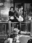 Thomas Dewey and his wife, Frances Dewey, stand on the platform of the campaign train in Eugene, Oregon, on September 9, 1948. OHS Research Library,0024P457