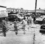 Rescuers form human rescue chain during Vanport Flood, 1948. Oregonian photo, OrHi 52428