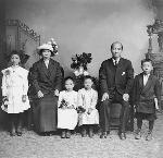 Lee Hing Family, photographed by Tim Brown. OrHi 104949 bb013814